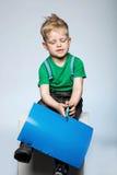 Χρωματισμένο κοπή έγγραφο αγοριών παιδιών με το ψαλίδι Στοκ εικόνες με δικαίωμα ελεύθερης χρήσης