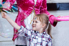 Χρωματισμένο κορίτσι παιχνίδι κουνελιών με τις φυσαλίδες σαπουνιών Στοκ Εικόνες