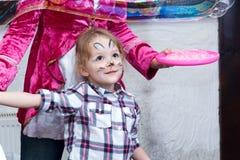 Χρωματισμένο κορίτσι παιχνίδι κουνελιών με τις φυσαλίδες σαπουνιών Στοκ φωτογραφία με δικαίωμα ελεύθερης χρήσης