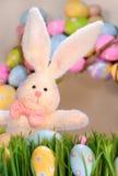χρωματισμένο λευκό κουνελιών αυγών Στοκ Φωτογραφία