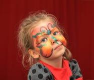 Χρωματισμένο μικρό κορίτσι πρόσωπο ως πεταλούδα Στοκ φωτογραφίες με δικαίωμα ελεύθερης χρήσης
