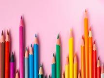Χρωματισμένο μολύβι στο ρόδινο υπόβαθρο εγγράφου για τον κύκλο χρώματος σχεδίων Στοκ Εικόνες