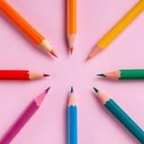 Χρωματισμένο μολύβι στο υπόβαθρο εγγράφου για τον κύκλο χρώματος σχεδίων Στοκ εικόνες με δικαίωμα ελεύθερης χρήσης