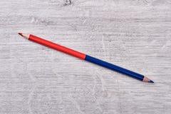 Χρωματισμένο μολύβι στο ξύλινο υπόβαθρο στοκ φωτογραφίες