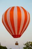 Χρωματισμένο μπαλόνι ζεστού αέρα που πετά στον ουρανό στοκ εικόνα με δικαίωμα ελεύθερης χρήσης