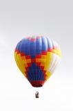 Χρωματισμένο μπαλόνι πέρα από τον γκρίζο ουρανό Στοκ εικόνα με δικαίωμα ελεύθερης χρήσης