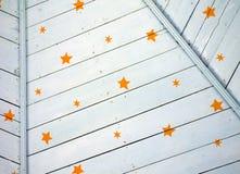 Χρωματισμένο μπλε ξύλινο ανώτατο όριο με το υπόβαθρο σχεδίων αστεριών Στοκ εικόνα με δικαίωμα ελεύθερης χρήσης