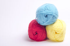 Χρωματισμένο νήμα για το πλέξιμο κόκκινο, κίτρινος, Στοκ εικόνες με δικαίωμα ελεύθερης χρήσης