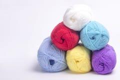 Χρωματισμένο νήμα για το πλέξιμο Στοκ Εικόνα