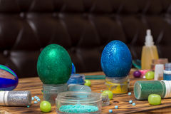 Χρωματισμένο Πάσχα ακτινοβολεί αυγά, δοχεία, γλυκά στον πίνακα, φωτογραφία τροφίμων Στοκ Φωτογραφίες