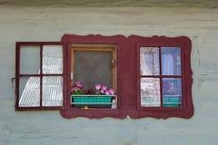 Χρωματισμένο παράθυρο του παραδοσιακού ξύλινου σπιτιού, Liptov, Σλοβακία Στοκ Εικόνες