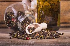 Χρωματισμένο πιπέρι σε ένα ξύλινο υπόβαθρο Στοκ Φωτογραφία