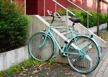 Χρωματισμένο ποδήλατο που κλειδώνεται στο κιγκλίδωμα Στοκ Φωτογραφία