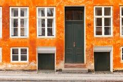 Χρωματισμένο πορτοκάλι σπίτι στην Κοπεγχάγη Στοκ Εικόνα
