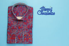 Χρωματισμένο πουκάμισο με το floral πρότυπο Στοκ φωτογραφία με δικαίωμα ελεύθερης χρήσης