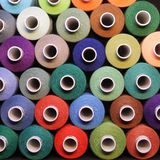 χρωματισμένο ράβοντας νήμα Νήματα στα στροφία Στοκ φωτογραφίες με δικαίωμα ελεύθερης χρήσης