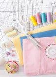 Χρωματισμένο ράβοντας νήμα, προμήθειες για τη ράβοντας μηχανή στο λευκό Στοκ Εικόνες