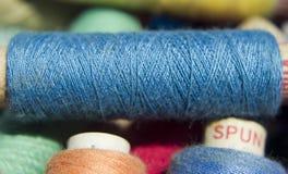 Χρωματισμένο ράβοντας νήμα Στοκ Φωτογραφία