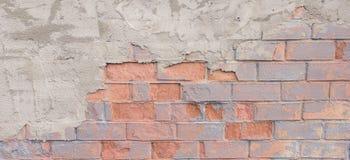 Χρωματισμένο στενοχωρημένο grunge brickwall υπόβαθρο Shabby πρόσοψη οικοδόμησης με το ασβεστοκονίαμα Στοκ φωτογραφία με δικαίωμα ελεύθερης χρήσης