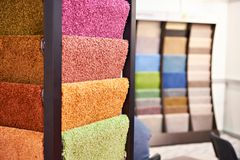 Χρωματισμένο συνθετικό μαλακό μαλλιαρό δάπεδο στο κατάστημα στοκ εικόνες