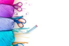 χρωματισμένο σφαίρες νήμα επάνω από την όψη το έμβλημα χρωματίζει τα πλέγματα απεικόνισης καμπυλών κανένα διανυσματικό λευκό ουρά Στοκ εικόνες με δικαίωμα ελεύθερης χρήσης