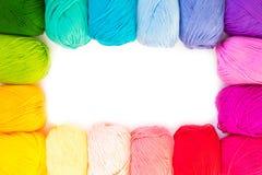χρωματισμένο σφαίρες νήμα επάνω από την όψη το έμβλημα χρωματίζει τα πλέγματα απεικόνισης καμπυλών κανένα διανυσματικό λευκό ουρά Στοκ Φωτογραφία