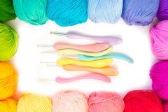 χρωματισμένο σφαίρες νήμα επάνω από την όψη το έμβλημα χρωματίζει τα πλέγματα απεικόνισης καμπυλών κανένα διανυσματικό λευκό ουρά Στοκ φωτογραφίες με δικαίωμα ελεύθερης χρήσης