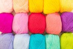 χρωματισμένο σφαίρες νήμα επάνω από την όψη το έμβλημα χρωματίζει τα πλέγματα απεικόνισης καμπυλών κανένα διανυσματικό λευκό ουρά Στοκ φωτογραφία με δικαίωμα ελεύθερης χρήσης