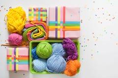 χρωματισμένο σφαίρες νήμα επάνω από την όψη Όλα τα χρώματα του RA Στοκ Φωτογραφία
