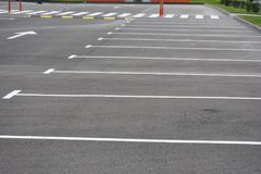 Χρωματισμένο σχεδιάγραμμα στην άσφαλτο για τα αυτοκίνητα χώρων στάθμευσης, στοκ φωτογραφία με δικαίωμα ελεύθερης χρήσης