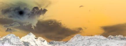 Χρωματισμένο τοπίο με τον τελευταίο ήλιο Στοκ Εικόνες
