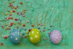 Χρωματισμένο υπόβαθρο αυγών στοκ φωτογραφία