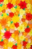 Χρωματισμένο υπόβαθρο, λουλούδια φιαγμένα από έγγραφο Στοκ εικόνα με δικαίωμα ελεύθερης χρήσης