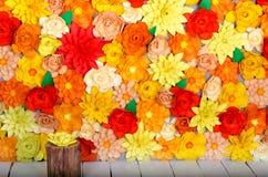 Χρωματισμένο υπόβαθρο, λουλούδια φιαγμένα από έγγραφο Στοκ Εικόνες