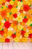 Χρωματισμένο υπόβαθρο, λουλούδια φιαγμένα από έγγραφο Στοκ Φωτογραφίες