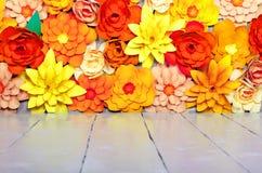 Χρωματισμένο υπόβαθρο, λουλούδια φιαγμένα από έγγραφο Στοκ φωτογραφία με δικαίωμα ελεύθερης χρήσης