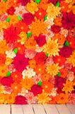 Χρωματισμένο υπόβαθρο, λουλούδια φιαγμένα από έγγραφο Στοκ Φωτογραφία