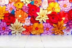 Χρωματισμένο υπόβαθρο, λουλούδια φιαγμένα από έγγραφο Στοκ Εικόνα