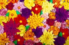 Χρωματισμένο υπόβαθρο, λουλούδια φιαγμένα από έγγραφο Στοκ φωτογραφίες με δικαίωμα ελεύθερης χρήσης
