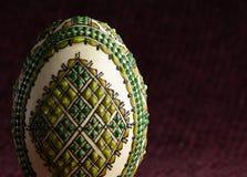 Χρωματισμένο χέρι αυγό Πάσχας - κινηματογράφηση σε πρώτο πλάνο Στοκ φωτογραφία με δικαίωμα ελεύθερης χρήσης