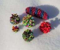 Χρωματισμένο χριστουγεννιάτικο δέντρο κώνων πεύκων Στοκ φωτογραφία με δικαίωμα ελεύθερης χρήσης