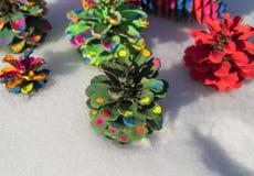 Χρωματισμένο χριστουγεννιάτικο δέντρο κώνων πεύκων Στοκ Εικόνα