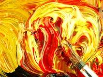 Χρωματισμένο χρώμα που αναμιγνύεται στην παλέτα Βρώμικη βούρτσα στο πρώτο πλάνο στοκ εικόνες με δικαίωμα ελεύθερης χρήσης