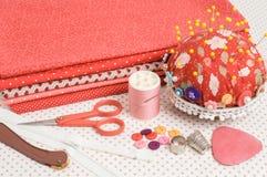 Χρωματισμένο ύφασμα, νήμα και άλλα ράβοντας εργαλεία. Στοκ εικόνες με δικαίωμα ελεύθερης χρήσης