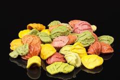 Χρωματισμένο arcobaleno ζυμαρικών που απομονώνεται στο μαύρο υπόβαθρο Στοκ φωτογραφίες με δικαίωμα ελεύθερης χρήσης