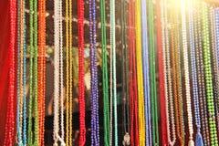 Χρωματισμένο rosary χαντρών πωλείται στην αγορά των bazaars στην Ινδία στοκ φωτογραφία