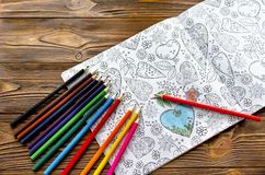 Χρωματισμός αντιαγχωτικός για τους ενηλίκους και τα έγχρωμα μολύβια Στοκ Φωτογραφία