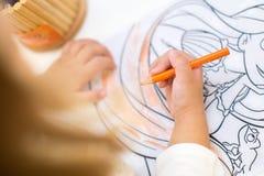 Χρωματισμός νέων κοριτσιών στο χρωματισμό του βιβλίου τα παιδιά σύρουν τη γιορτή γενεθλίων Στοκ εικόνα με δικαίωμα ελεύθερης χρήσης