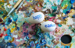 Χρωματισμός των αυγών μέχρι την ημέρα Πάσχα ιερό Στοκ Φωτογραφία