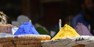 χρωστικές ουσίες για όλα τα κίτρινα πορφυρά υφάσματα και πολλά άλλα χρώματα στοκ εικόνα με δικαίωμα ελεύθερης χρήσης